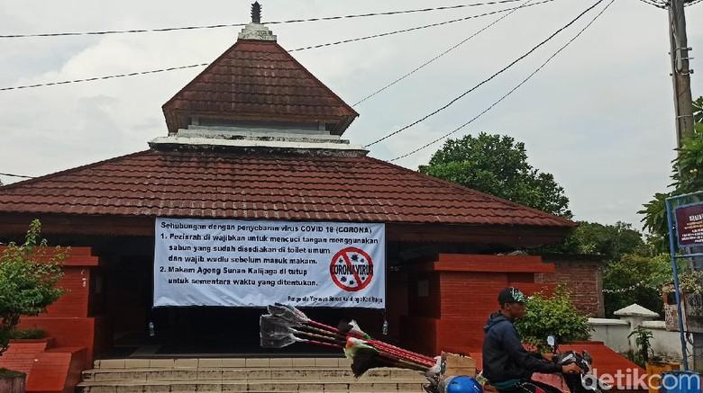 Pintu masuk ziarah makam Sunan Kalijaga di Kadilangu Demak terpasang imbauan mematuhi protokol kesehatan beberapa waktu lalu