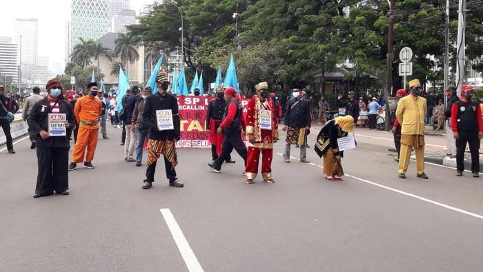 Massa aksi tolak Omnibus Law pakai baju adat
