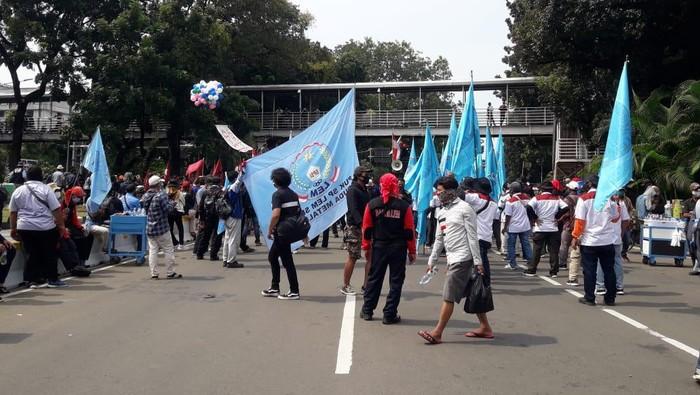 Massa buruh dan mahasiswa berbaur demo tolak Omnibus Law di Patung Kuda