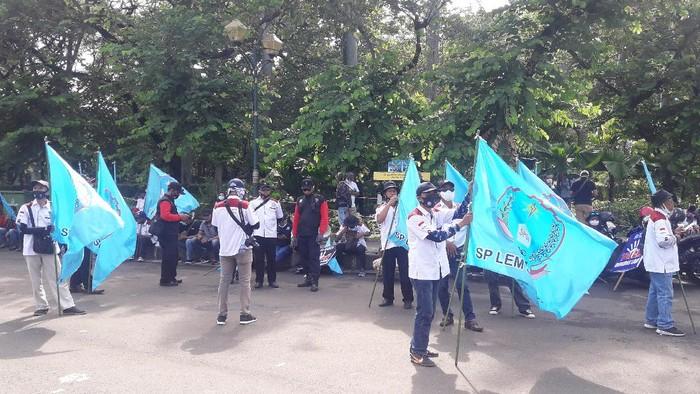 Massa buruh demo tolak UU Cipta Kerja mulai berdatangan di Patung Kuda Jakarta Pusat
