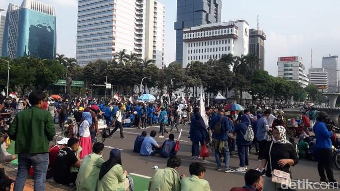 Massa demo di Patung Kuda, Rabu (28/10) sore ini.