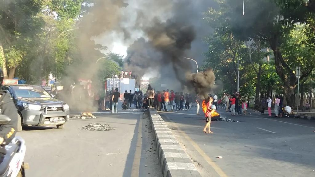Demo Omnibus Law di Makassar, Massa Bakar Ban-Tutup Jl Alauddin