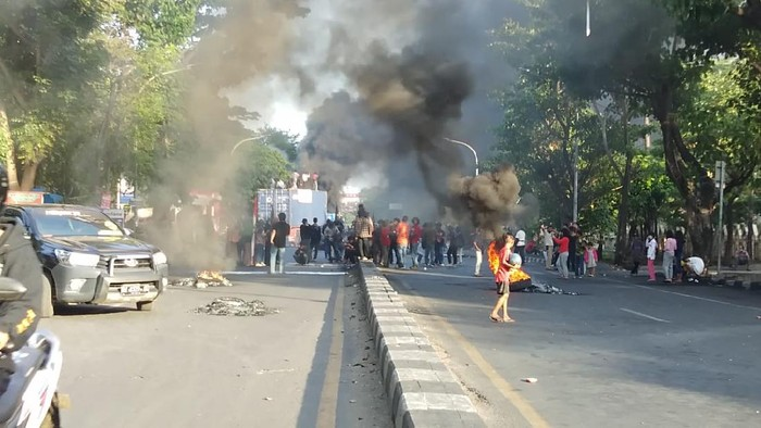 Massa di Makassar tutup Jalan Alauddin (Hermawan-detikcom).