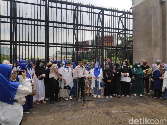 Massa emak-emak demo di depan DPR.