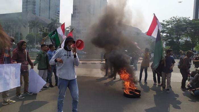 Massa mahasiswa bakar ban di Patung Kuda (Foto: Luqman/detikcom)