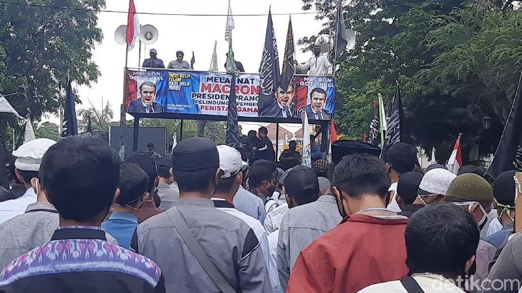 Demo Massa di Solo Taruh Foto Presiden Macron di Jalan