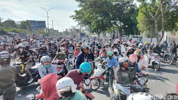 Massa pecinta otomotif di Makassar geruduk DPRD Sulsel meminta dibuatkan sirkuit (Ibnu Munsir-detikcom).