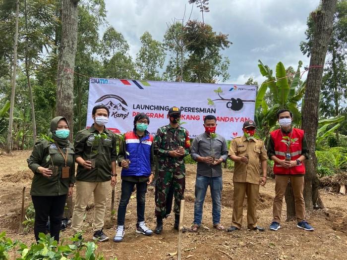 Melalui kegiatan CSR Fuel Terminal Bandung Group MOR III, Pertamina resmikan Program CSR Kopi Kang!, dan simbolis penanaman bibit kopi di Desa Cipaganti, Garut.