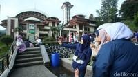 Pengunjung juga bisa berfoto-foto di area Masjid AttaAwun.