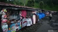 Di area parkir juga terdapat warung-warung yang menjual aneka oleh-oleh khas Puncak.