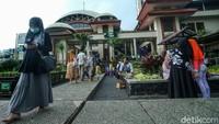 Sejumlah wisatawan berkunjung ke Masjid Attaawun, Pucak, Bogor, Rabu (28/10/2020).