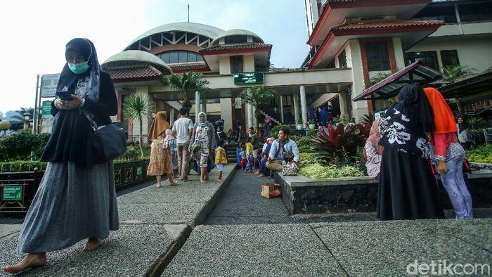 Liburan ke Puncak tak lengkap kalau belum mampir ke Masjid Attaawun. Selain beribadah, wisatawan juga bisa beristirahat di masjid yang terletak di Jalan Raya Puncak tersebut.