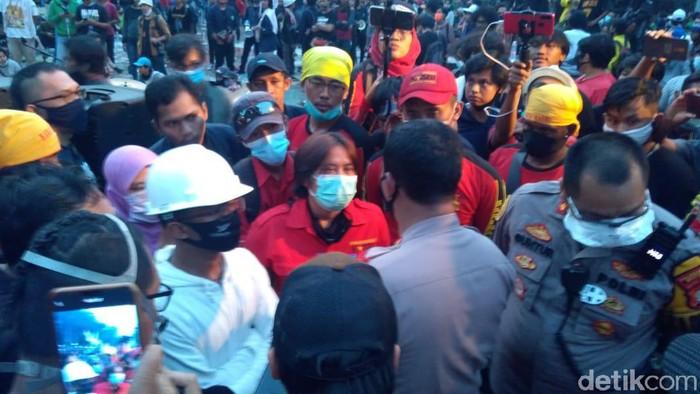 Mimbar Akbar Buruh di Tugu Proklamasi Lanjut, Polisi Minta Bubar Pukul 19.00