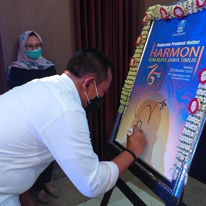 Sekretaris Daerah Provinsi Jawa Timur Heru Tjahyono membuka pameran lukisan secara virtual. Pameran lukisan ini diikuti puluhan pelukis Jawa Timur.