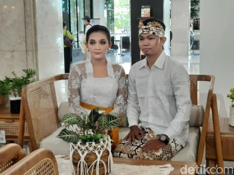 Pasangan Prewedding Saat Pameran