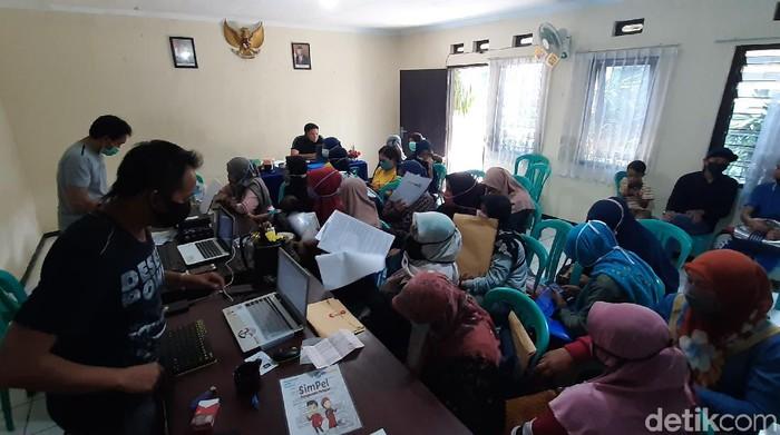 Puluhan warga Kabupaten Malang mengaku menjadi korban penipuan. Mereka termakan bujuk rayu seseorang yang mengaku karyawan bank, yang menawarkan deposito berbunga.