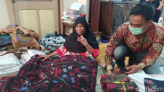 Perayaan Maulid Nabi kerap membawa berkah lebih bagi para pengusaha maupun pedagang pakaian. Itu juga dirasakan perajin batik di Kampung Batik Jetis, Sidoarjo.