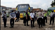 Petugas Tindak 17 Bus yang Langgar Administrasi di Terminal Singaparna