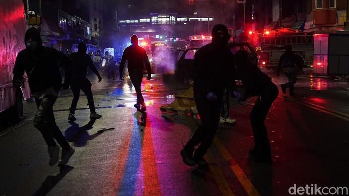 Philadelphia, Amerika Serikat, memanas. Warga turun ke jalan untuk pemprotes penempakan pria kulit hitam Walter Wallace Jr (27) oleh polisi Amerika Serikat.