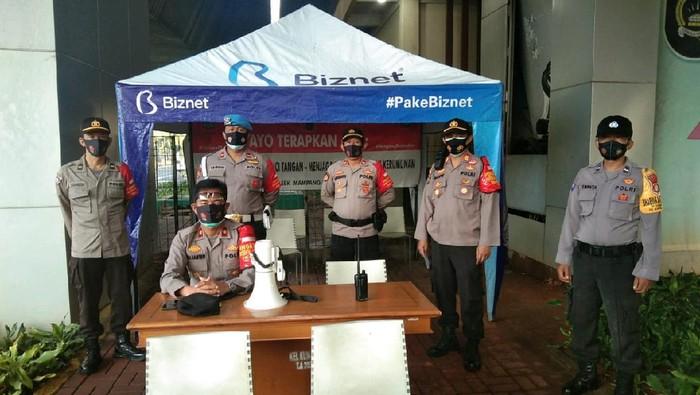 Polisi beraga di Flyover Kuningan, Jakarta Selatan, antisipasi kelompok anarko gabung ke demo hari ini