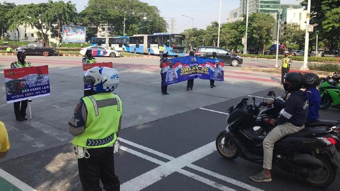 Polisi sosialisasi dan edukasi soal Operasi Zebra di Bundaran Senayan