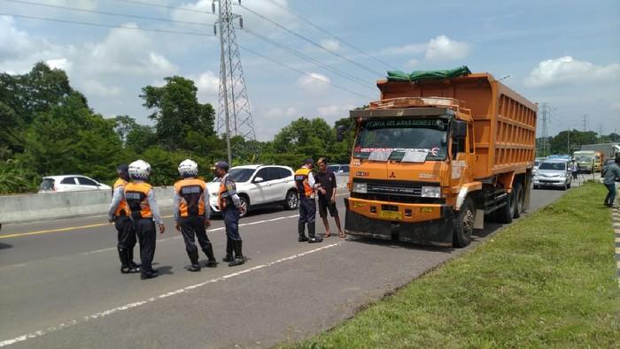Polisi tindak bus dan truk yang melintas di Tol Ciawi.