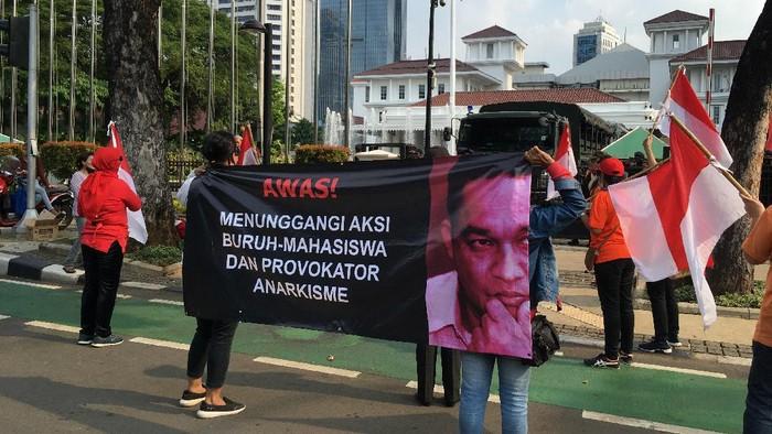 Puluhan Massa Demo di Balai Kota Tuding Anies Dalangi Demo Buruh-Mahasiswa (Foto: Arief/detikcom)