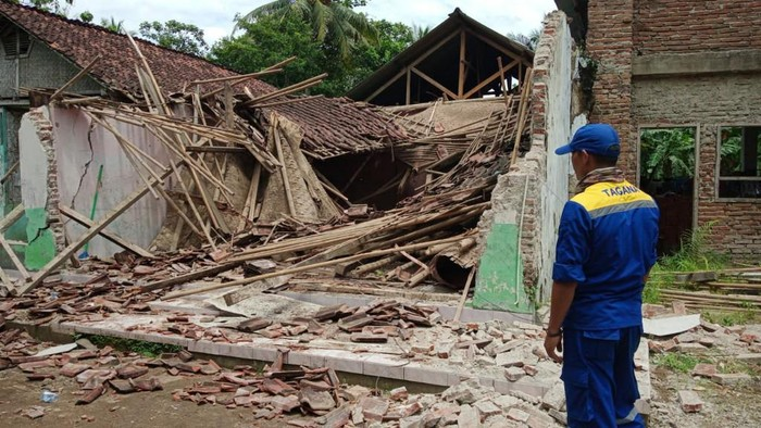 Sebuah rumah milik Hafid Mustofa (51) di Dusun Kertaharja, Desa Kertahayu, Kecamatan Pamarican, Kabupaten Ciamis, Jawa Barat, ambruk, Rabu (28/10/2020) siang. Tiga orang penghuni rumah tertimpa reruntuhan.