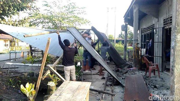 Rumah warga di Mamuju Tengah, Sulbar rusak berat akibat gempa bumi M 5,3 pada dini hari tadi (Abdy-detikcom)