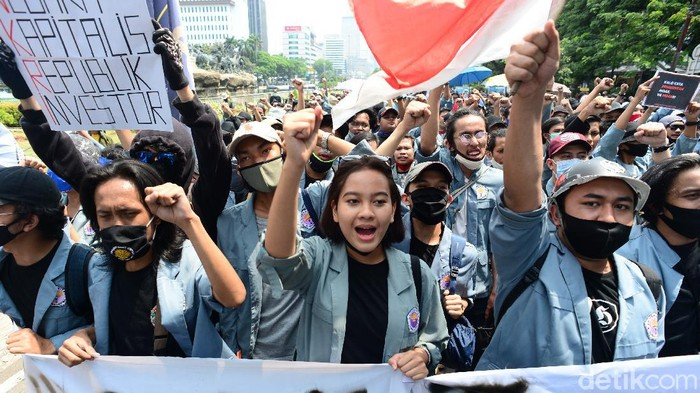Massa mahasiswa tiba di Patung Kuda, Jakarta Pusat. Mereka di Patung Kuda menggelar aksi menolak omnibus law UU Cipta Kerja.