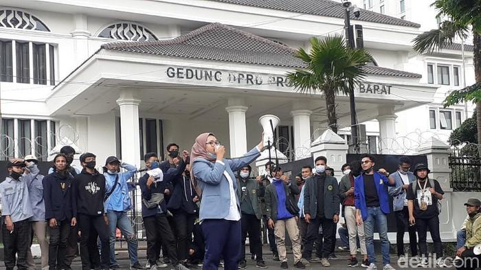 Sejumlah mahasiswa di Bandung menggelar aksi unjuk rasa di depan Gedung DPRD Jabar meminta agar Omnibus Law UU Cipta Kerja dicabut.