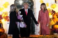 Aturan lain yang juga berubah dalam perayaan Halloween hari ini adalah tamu yang berusia di atas 2 tahun wajib mengenakan masker. Hal yang sama juga dilakukan para staf Gedung Putih dan khusus untuk pembagi makanan mengenakan sarung tangan. (Foto: AP Photo/Manuel Balce Ceneta)