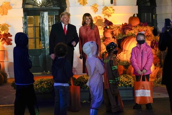 Mereka mengenakan berbagai kostum mulai dari superhero, unicorn, tengkorak, bahkan cosplay menjadi Donald Trump dan Melania Trump. (Foto: AP Photo/Manuel Balce Ceneta)