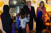 Presiden Amerika Serikat (AS) Donald Trump dan istrinya, Melania Trump muncul dalam pesta Halloween yang diselenggarakan pada Minggu (25/10/2020). Ratusantamu yang didominasi anak-anak datang menyambangi Gedung Putih. Mereka mengenakan berbagai kostum mulai dari superhero, unicorn, tengkorak, bahkan cosplay menjadi Donald Trump dan Melania Trump. (Foto: AP Photo/Manuel Balce Ceneta)