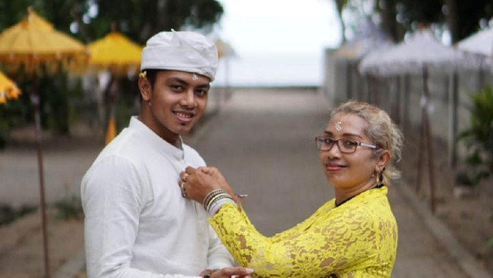 Siman Sudartawa dan ibundanya Karmini