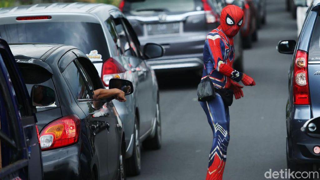 Ada Aksi Spiderman di Kemacetan Gadog