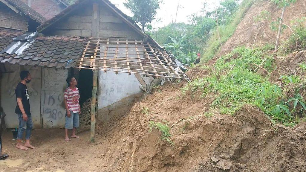 Dapur Rumah Warga Trenggalek Jebol Tertimpa Longsor Tebing 10 Meter