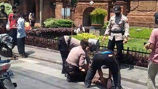 Pria gangguan jiwa diamankan polisi di depan Menara Kudus, Rabu (28/10/2020).