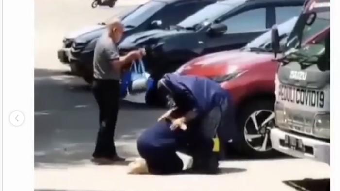 Tangkapan layar video viral mahasiswi di Makassar cium kaki ortu usai prosesi wisuda (dok. Istimewa).