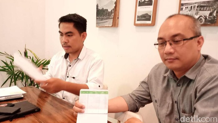 Tim kuasa hukum Daniel Suyoko memperlihatkan buku tabungan kliennya.Dalam buku tabungan itu tidak tercatat adanya penarikan Rp 1 miliar, sedangkan dalam rekening koran terjadi beberapa transaksi yang tidak tercantum di buku tabungan.