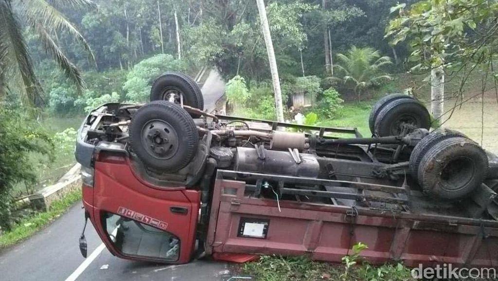 Tak Kuat Nanjak, Truk Pengangkut Keramik Terbalik di Sukadana Ciamis