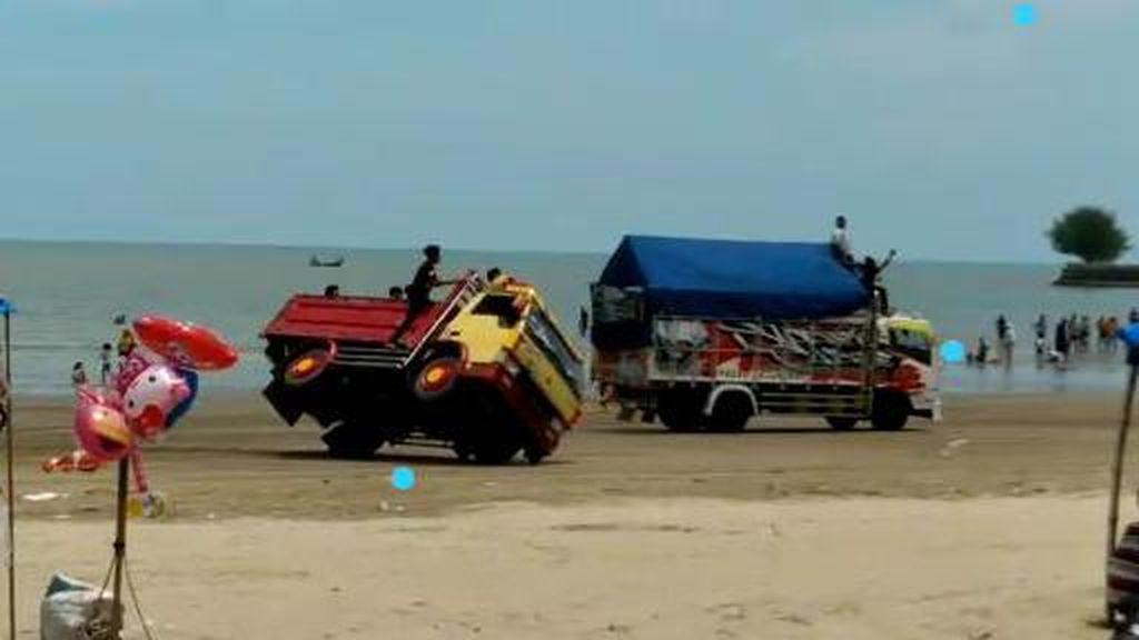 Video Aksi Balapan Dua Truk Sampai Terguling di Pantai Cemara Tuban