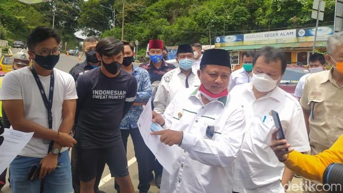 Wagub Jawa Barat Uu Ruzhanul pantau langsung rapid test di Jalur Puncak Cianjur, Rabu (28/10/2020).