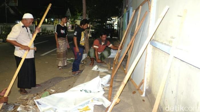 Warga Gotong Royong Perbaiki Baliho Gus Ipul-Mas Adi yang Dirusak