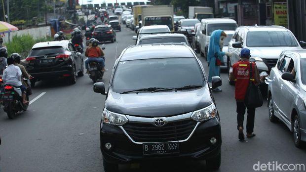 Kendaraan mengular ke arah puncak di Jalan Raya Puncak, Bogor, Jawa Barat, Rabu (28/10/2020).