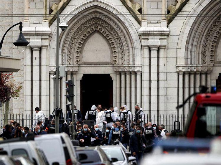 Foto: Polisi Berjaga di Depan Gereja Notre Dame Prancis Usai Penusukan