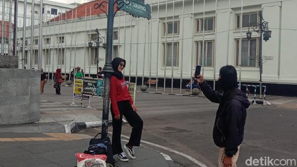 Tak lengkap wisata ke Jalan Asia Afrika Bandung jika tidak berfoto di bawah papan tulisan jalannya yang ikonik (Wisma Putra/detikTravel)
