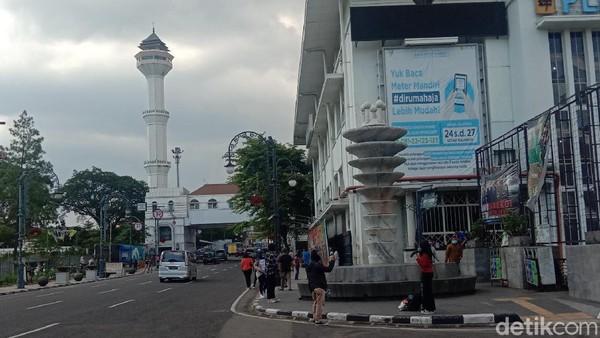 Suasana Jalan Asia Afrika yang mengarah ke Masjid Agung di alun-alun Bandung (Wisma Putra/detikTravel)