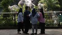 Pengelola Taman Margasatwa Ragunan enerapkan protokol kesehatan ketat kepada pengunjungnya.