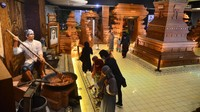 Museum Jenang yang berada di jalan Sunan Muria, Glantengan, Kudus, Jawa Tengah, pun tampak didatangi oleh sejumlah pengunjung. ANTARA FOTO/Yusuf Nugroho.